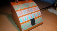 Hello ma petite lampe de bureau orange (version 70's) qui prend un coup de frais grâce à mes petits rouleaux de Masking tape ! Bon, au niveau des cotés, c'est pas précis, j'ai du mal à utiliser le ...