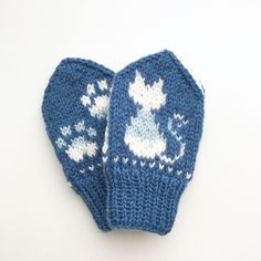 Ravelry: Hund i snøen / Snowy Dog pattern by Tonje Haugli Knitted Mittens Pattern, Knit Mittens, Baby Knitting Patterns, Knitting Socks, Mitten Gloves, Knitting For Kids, Knitting Projects, Baby Barn, Baby Mittens