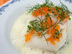 Torskrygg med vitvinsås och smörslungad dillgurka   Recept från Köket.se