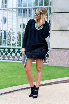 Street style Chic - Black Feather Mini Skirt by What Courtney Wore What Courtney Wore, Courtney Kerr, Skirt Fashion, Fashion Dresses, Vogue, Black Feathers, Passion For Fashion, Mini Skirts, Short Skirts
