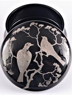 DÓZA MALOVANÁ Čechy, Kamenický Šenov, Bratři Jílkové, 20. léta 20. stol. Dóza kruhového půdorysu s odnímatelným vypouklým víkem, burelové sklo zdobené stříbrnou malbou dvojice ptáčků ve větvích ve stylu chinoiserií. Ø 8 cm, v. 5 cm. Artist At Work, Chinoiserie, Czech Glass