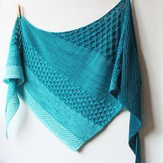This beautiful triangular shawl combines garter stitch and three different honeycomb patterns to highlight the eye-catching colour changes of a gradient set. Crochet Poncho, Knitted Shawls, Crochet Hooks, Crochet Granny, Crochet Lace, Christmas Knitting Patterns, Crochet Patterns, Poncho Patterns, Stitch Patterns