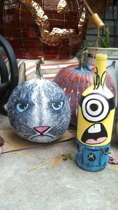 Painted cat pumpkin and Minion bottle Wine Bottle Corks, Wine Bottle Crafts, Minion Glasses, Christmas Wine Bottles, Painted Bottles, Cat Pumpkin, Bottle Painting, Minions, Classroom Ideas