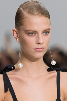 All that Sparkles: The Jewelry Trends on the Spring Runways - spring jewelry trend 2016 Salvator Ferragamo Estás en el lugar correcto para healthy recipes Aquí - Womens Jewelry Rings, Gold Jewelry, Beaded Jewelry, Jewelry Bracelets, Piaget Jewelry, Fine Jewelry, Cartier Jewelry, Jewelry Model, Opal Jewelry
