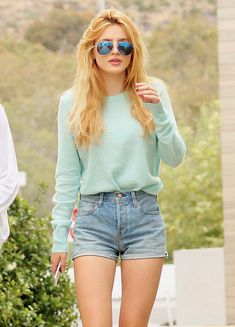 Nice girl, but sweatshirt and short are no muching. Poor style. Nice glasses do