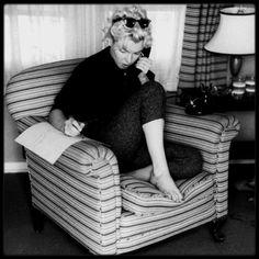 1954 / Marilyn dans sa loge des studios de la FOX sous l'objectif de Milton GREENE.