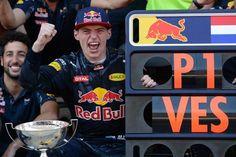 Max Verstappen zijn zege in Spanje op uitbundige wijze.