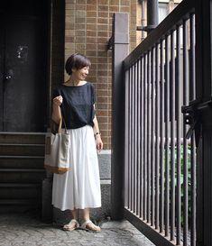 atsuko kanekoさんはInstagramを利用しています:「*** 50代だって、 白スカート履いちゃう。 ふわっと浮きそうな 気分になれるよ🎵 🔹 白スカートには 黒トップスが好き❗ 🔸 得意の輪ゴム上げを 脇でしてみました。 黒ゴムだよ😁 🔹 トップス#foglinenwork スカート#ポイゼ サンダル#birkenstock…」 Japan Fashion, Fasion, Capsule Wardrobe, Birkenstock, Midi Skirt, Dressing, Street Style, Photo And Video, Clothes For Women