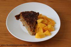 Natalie aß zum Frühstück ein Stück Kuchen, das von einer zitronigen Mango begleitet wurde.