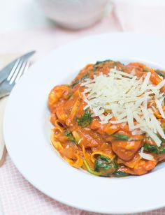 Eenpanspasta: Tagliatelle met gamba's en spinazie - OhMyFoodness Good Food, Yummy Food, Pasta Recipes, Food Inspiration, Main Dishes, Seafood, Curry, Food And Drink, Favorite Recipes