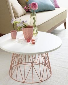 Wire Basket Tables: DIY Decor Trend DIY coffee table from old wire basket - genius!DIY coffee table from old wire basket - genius! Diy Casa, Diy Coffee Table, Diy Table, Coffee Table Rose Gold, Diy Side Tables, Rose Gold Side Table, Wire Side Table, Copper Coffee Table, Creation Deco