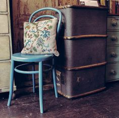 Antique trunik and bentwood chair from Very Vintage. This is a great shop and web site. 2nd Hand Furniture, Hand Painted Furniture, Shabby Chic Furniture, Vintage Furniture, Bentwood Chairs, Embroidered Cushions, Old And New, Timeless Fashion, Vintage Shops