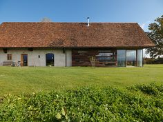 Haus P / Gangoly & Kristiner Architekten ZT GmbH - Paul Ott Pfotografiert Contemporary Barn, Garden Architecture, House Roof, Maine House, Design Case, House In The Woods, Style At Home, House Design, House Styles