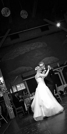 Dokumentaarinen hääkuvaus Tampere Helsinki, Suomi Documentary wedding photography the world Hääjuhla wedding reception Häävalssi wedding dance www.teemuhoyto.com