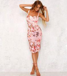 Vestido rosa pêssego com estampado floral em diversos tons de rosa, branco, roxo seco e pêssego. O tom pastel rosa pêssego deste vestido aliado ao estampado floral confere um toque romântico ao teu look.  Com peito acolchoado, corte justo, cintado e comprimento médio (pelo joelho), este vestido é perfeito para realçar as tuas curvas com um look casual e elegante durante este verão! Look Casual, Pastel, Bodycon Dress, Floral, Dresses, Fashion, Pink Sundress, Gorgeous Dress, Mid Length