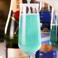 The Jack Frost Mimosa includes lemonade, champagne, and blue curaçao, but in a Jack Frosty, there's no champagne. Cocktails Vodka, Cocktail Drinks, Cocktail Tequila, Grapefruit Cocktail, Bellini Cocktail, Peach Bellini, Party Drinks, Fun Drinks, Beverages