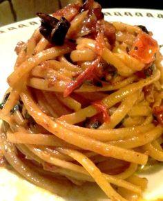 Linguine con pomodorini, pancetta e olive nere un piatto leggero, semplice da preparare in modo rapido,composto da pochi ingredienti ma gustosi che rendono questo piatto oltre che molto saporito anche molto profumato e colorato.