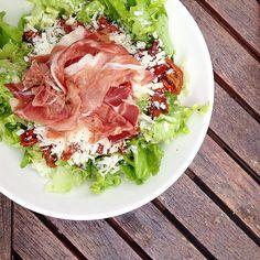 Salade, tomates séchées, jambon de parme et parmesan:  #elgi #salad #healthy #healthyfood #elgi_restaurant  #mimienvadrouille