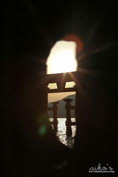 我一直想背著背包,踏上宮島的土地, 穿梭在紅豔精緻的嚴島神社中, 看著湛藍的海慢慢後退, 佇立在海中的大紅鳥居頓時變得伸手可及。 2013年,我真正的踏上了宮島的土地, 夢想變得真實,這就是旅行的意義:)