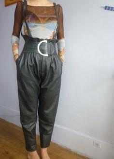 Pantalon en cuir vintage avec bretelles. par VintagestarParis, €65.00