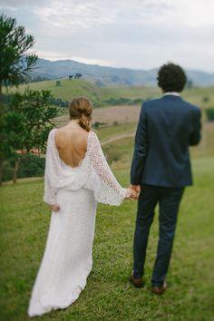 Vestido de noiva em renda, com estilo despojado e costas aberta. Vestido de noiva em renda com fenda, mas sem ser vulgar porque todo o resto do vestido está bem equilibrado. Foto: Fernanda Petelinkar