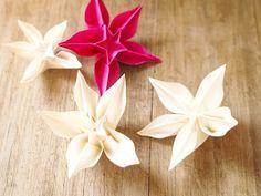 Ces fleurs exotiques en papier apporteront une touche poétique et végétale à vos décorations de table. Ces délicates fleurs pliées peuvent également être utilisées comme  - 13516407