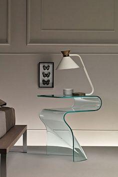 Realizzato con semplicità, Toki di Fiam è un raffinato complemento d'arredo. Questo comodino monolitico è realizzato in vetro curvato da 10 mm per un arredamento dal gusto moderno. Disponibile in diverse finiture: vetro trasparente, vetro extralight, vetro fumè, vetro bronzo, nero 95. #comodino #vetro #toki #fiam #arredaremoderno Modern Glass, Armchair, The Originals, Mirror, Lighting, Table, Design, Home Decor, Sofa Chair