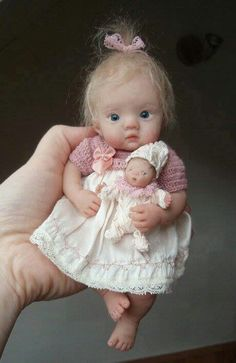 Poupée avec sa poupée .