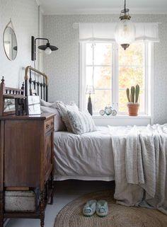 An exquisite Scandinavian cottage Pale Green Bedrooms, Bedroom Green, Interior Design Images, Interior Design Living Room, Living Room Designs, Boho Chic Bedroom, Bedroom Decor, Scandinavian Cottage, Bedroom Styles