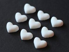 Superschöne weiße und rosa Zuckerherzen die Ihre Hochzeitstafel versüßen werden.
