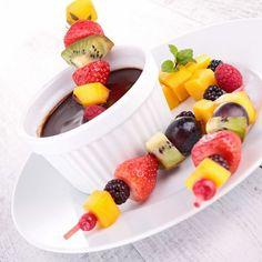 Brocheta de Fruta con Salsa de Chocolate Casera                              …