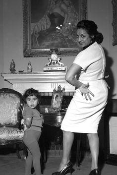 Madrid 10-11-1960.- La cantante Lola Flores baila con su hija Lolita en el domicilio familiar. EFE/Luis Alonso/yv
