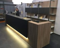 Qualidesk - La Banque d'Accueil, ou le comptoir d'accueil, est l'image de votre entreprise Reception Counter Design, Office Reception Design, Reception Areas, Office Interior Design, Office Interiors, Pharmacy Design, Contemporary Office, Commercial Design, Beauty Room