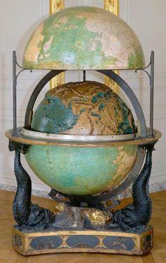 Globo terráqueo y celeste ,Luis XVI lo mando hacer en 1786 para dar clases de Geografía a sus hijos.