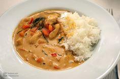 Thai-Currys sind ja quasi meine Spezialität. Grüne Currys mit Thai-Auberginen zum Beispiel, oder auch rotes Curry mit Huhn und Zuckerschoten. Gestern hatte ich Lust auf etwas intensives und sämiges, und da fiel die Wahl auf ein Erdnuss-Curry. Gekocht hatte ich für ca. 4 Personen, und am