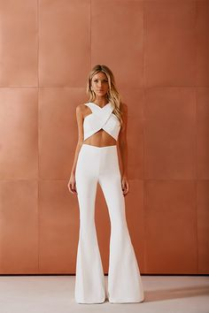 two piece white flare pants with white criss cross crop top. Power two piece jumpsuit Night Outfits, Classy Outfits, Cute Outfits, Look Fashion, Fashion Outfits, Fashion Quiz, Swag Fashion, Fashion Tips, 70s Fashion