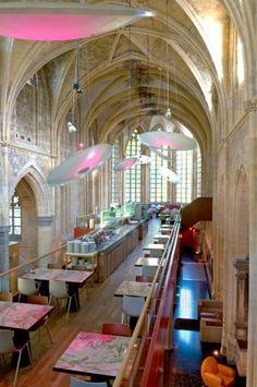 Zelfs alleen voor de plek moet je een kijkje gaan nemen in het Kruisherenhotel ! Het voormalige 15e eeuwse Kruisherenklooster samen met zijn gotische kerk werden ingericht als hotel/restaurant zonder de originele delen te beschadigen. Echt geweldig! Kruisherenhotel, Maastricht - Hotel/Restaurant/Church