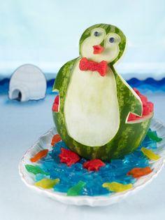Wassermelone wie ein niedlicher Penguin geschnitzt