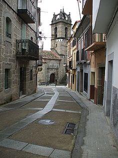 Otra imagen de la iglesia de Santa María, en Baños de Montemayor
