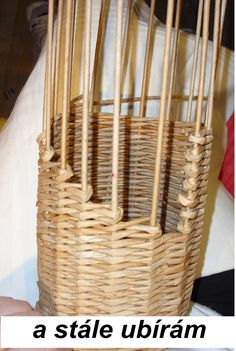 Návod na obal na láhev Corn Husk Dolls, Paper Weaving, Diy Projects To Try, Wicker, Malm, Diy Crafts, Handmade, Baskets, Paper Basket