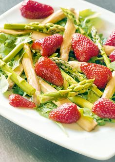 Frischer Spargel-Erdbeer-Salat mit Rucola Strawberry, Food And Drink, Fruit, Red Quinoa Salad, Mint, Salads, Fresh, Easy Meals, Food And Drinks