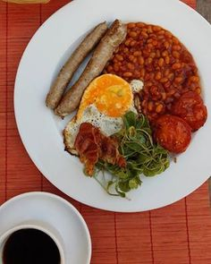 English style brunch: párečky od Lišky, fazole s uzeným, bejlí a rajčata z naší zahrady v Plané. Kolumbie by doubleshot z nového Moccamasteru. #thirwinebar #brunch