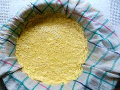 Aus Vanille-Soyadrink veganen Hüttenkäse selber machen Hüttenkäse aus Kuhmilch kennt jeder, mag aber nicht jeder. Dass man Hüttenkäse ganz einfach selber machen kann, hat sich mittlerweile auch herumgesprochen. Noch nicht ganz so bekannt ist, dass man auch aus Sojamilch Hüttenkäse zaubern kann.Mit Salz und Pfeffer und frischen Kräutern abgeschmeckt ist dieser vegane Hüttenkäse ein […]