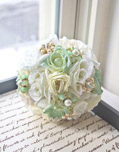 buquê de tecido | A grande maioria das noivinhas possuem preferência por flores naturais, porém as flores feitas de tecido também possuem seu charme.
