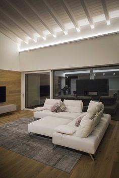 ABITAZIONE PRIVATA A VILLAVERLA (VI) | Olev Living Room Interior, Home Living Room, Home Interior Design, Led Light Design, Residential Lighting, Rustic Contemporary, Light Architecture, Log Homes, House Design