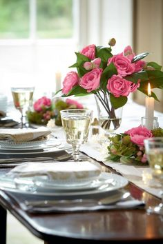 Seasonal blooms, classic tableware and candlelight – elegant and simple