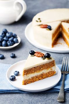 Raw Carrot Cake with Lemon Cashew Frosting Recipe (vegan, dairy-free, gluten-free, grain-free, plant-based and paleo-friendly) paleo dessert carrot Desserts Crus, Raw Vegan Desserts, Raw Vegan Recipes, Vegan Treats, Raw Vegan Cake, Frosting Recipes, Cake Recipes, Dessert Recipes, Paleo Dessert