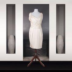 Christian Dior : Robe en soie beige rosé longueur genou Drapé croisé sur le devant Dos col bénitier Christian Dior, White Dress, Dresses, Fashion, Women's Knee Length Dresses, Silk, Dress Ideas, Lace, Stockings