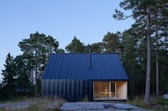 Husarö House is a recently completed Nordic cabin by Swedish studio Tham&Videgård Arkitekter. The location is the outer Stockholm archipelago Stockholm Archipelago, Modern Barn House, Weekend House, Forest House, Island Design, Scandinavian Home, Black House, Beautiful Homes, Architecture Design