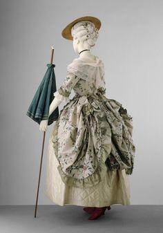 Robe à la Polonaise 1775 The Victoria & Albert Museum - OMG that dress!